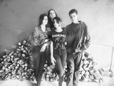 3 mladé Španielky a bubeník, to sú indie rockoví Mourn